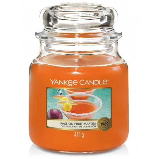Yankee Candle medium scented candle in a glass jar 14,5 oz 411 g - Passion Fruit Martini