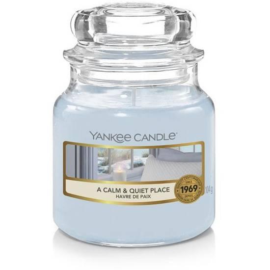 Yankee Candle mała świeca zapachowa w szklanym słoju 3.7 oz 104 g - A Calm & Quiet Place